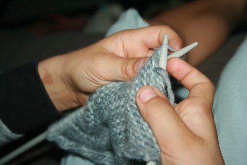 les mains de l'apprenti tricoteur