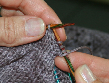 jeté avant les mailles tricotées