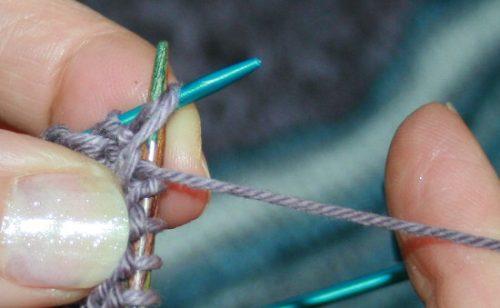 tricoter ensemble le jeté et la maille suivante