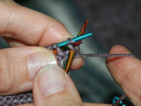 tricoter une maille de chaque aiguille ensemble