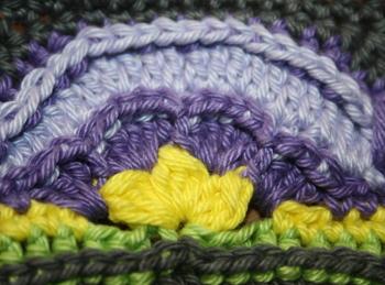 détail de l'ouvrage au crochet - mélange de couleurs
