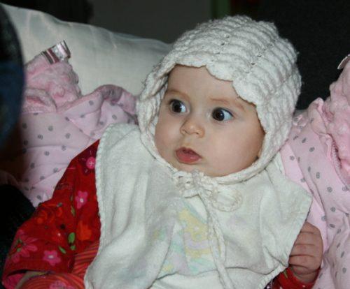 Rosa avec son béguin au crochet
