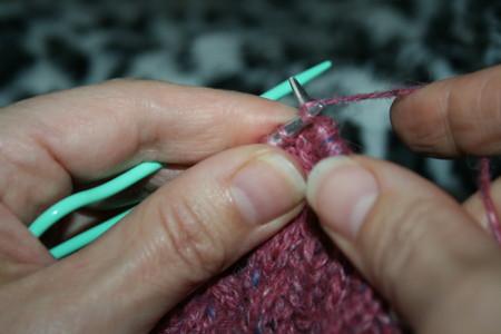 tricoter en tenant l'aiguille auxiliaire
